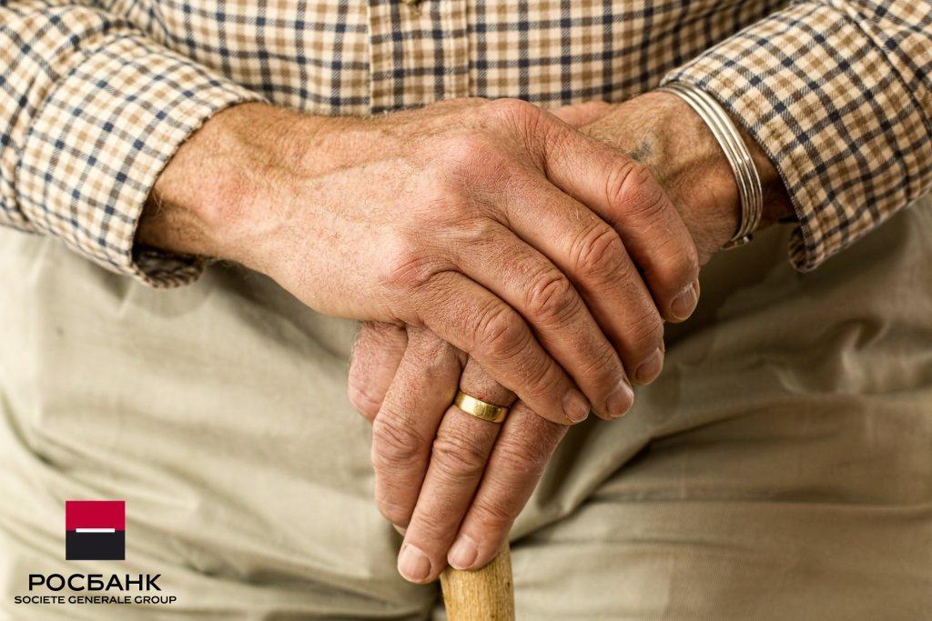 пенсионер в банке - картинка
